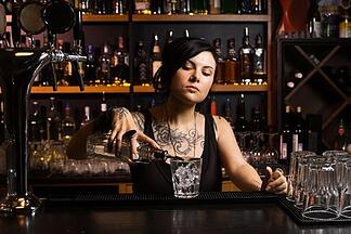 bartender pouring drinks based on an established pour size